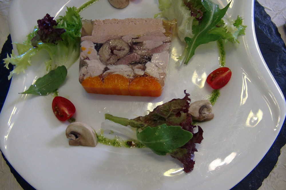 Pressé de pintade en gelée au foie gras