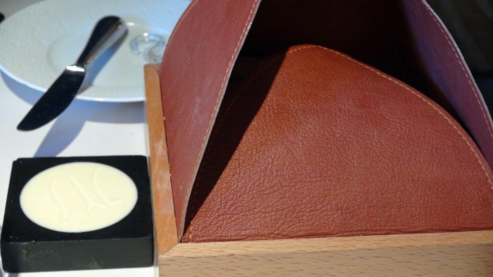 Le coffret en bois et cuir pour présenter le pain chaud maison préportionné en 4