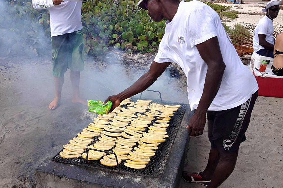 Excursion en catamaran à Petite-Terre : Michel et ses bananes flambées sur le grill