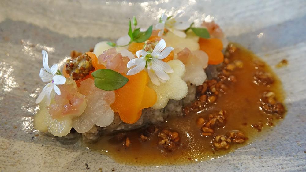 Noix de joue de cochon « Roi rose » braisée, chartreuse de légumes, vinaigrette au cidre de Mézières-les-Cléry