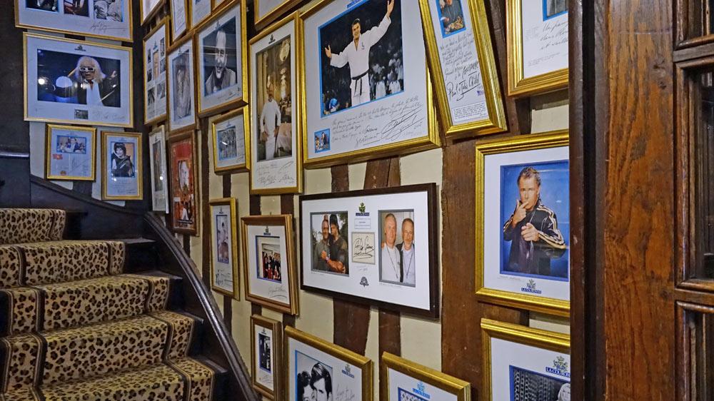 L'escalier vers le 1er étage décoré avec des photos de personnalités