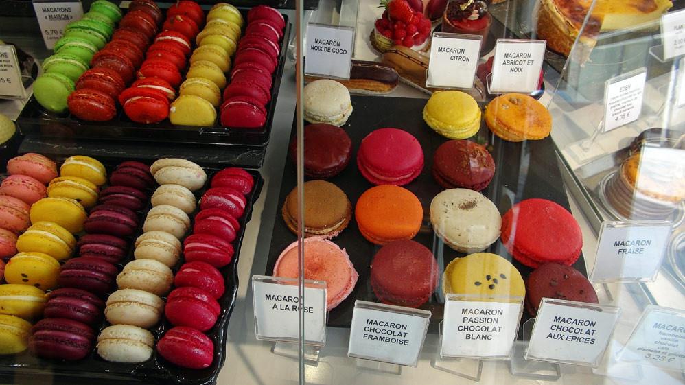 """Macarons """"maison"""" (Noix de coco, citron, abricot et noix, rose chocolat/framboise, passion/chocolat blanc, chocolat aux épices et fraise)"""