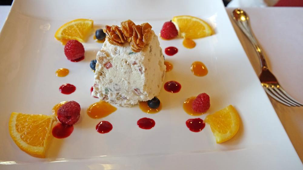 Nougat Glacé du Bon Terroir aux Fruits Confits et Pépites de Nougatine,  Coulis de Fruits Rouges