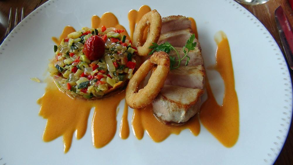 """Carré de porc """"Roi rose de Touraine"""" cuit à basse température, sauce au chorizo, petite tarte fine de légumes provençaux"""