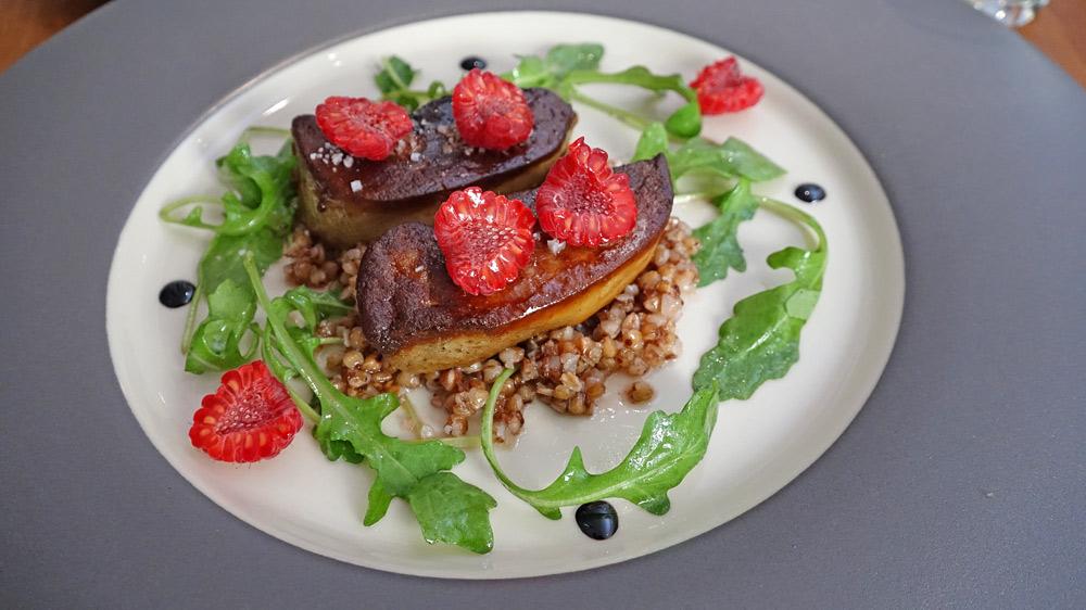 Foie gras de canard poêlé, sarrasin et framboises
