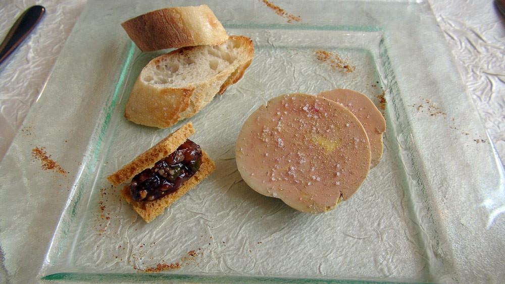 Foie gras de canard cuit en ballottine, pain d'épices et chutney de fruits secs