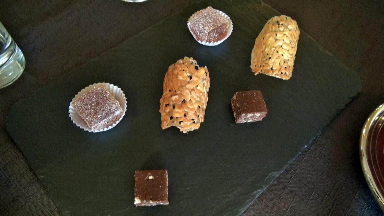 Mignardises : Pâte de fruit de la passion, Tuile aux amandes et Brownie au caramel