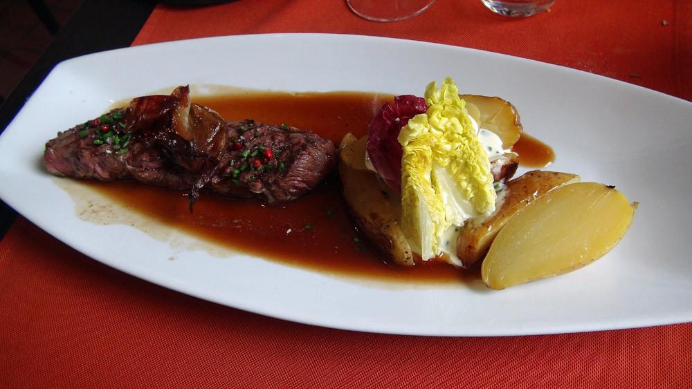 Chuck flap de bœuf black Angus persillé grillé, pommes de terre au four, crème d'Isigny à la ciboulette