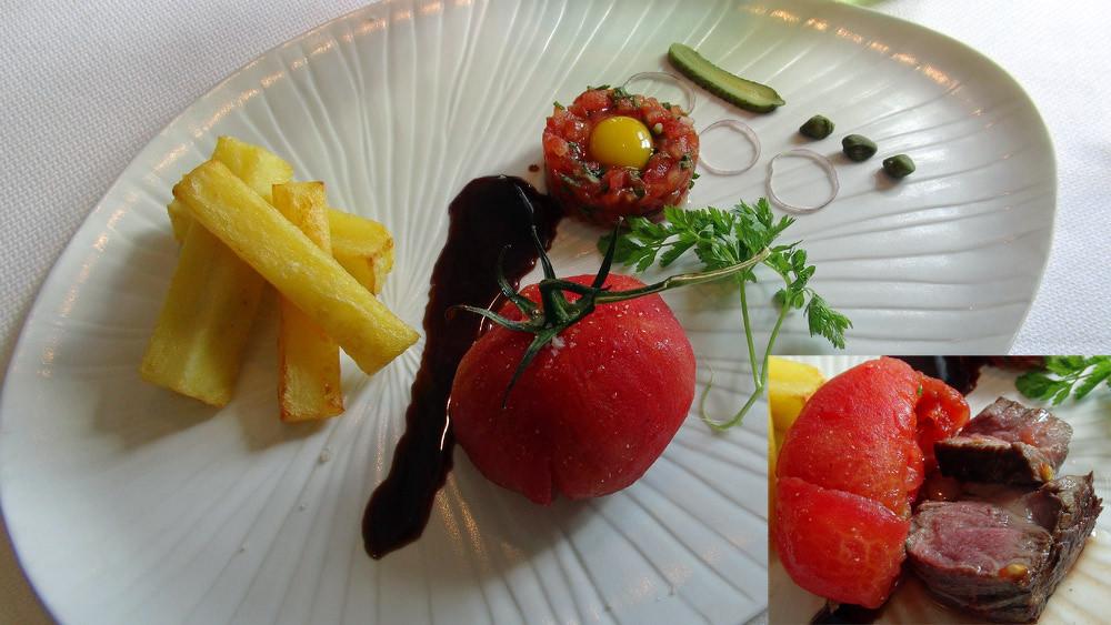 Tomahawk de Black Angus farci dans une tomate et  tartare ... de cœur de bœuf, Pommes de terre château aux anchois et Sauce béarnaise retour des Indes