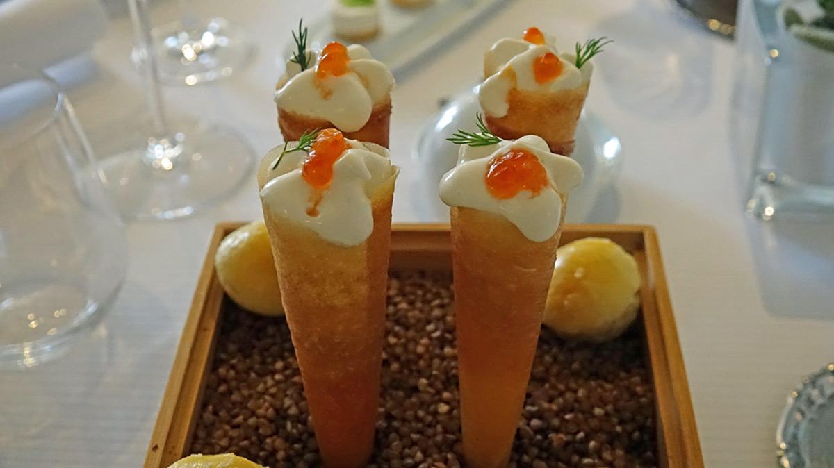 Amuse-bouche : Cornet croustillant au chèvre frais et saumon fumé par nos soin - Mini brioche à la cardamome et fleur de sel