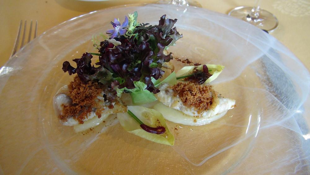 L'anguille : Filet poêlé. Mie de pain dorée aux graines de céleri. Une salade à la vinaigrette d'échalote.