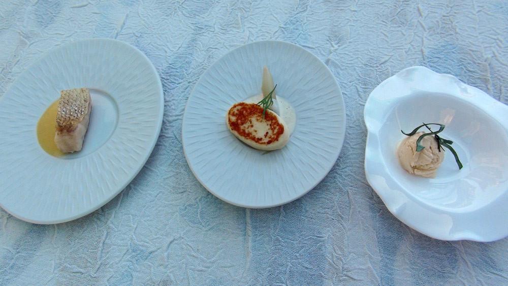 Amuse-bouche basé sur le beurre blanc, avec sandre poêlé, sandre fumé et sa mousseline de beurre blanc, et glace au beurre blanc