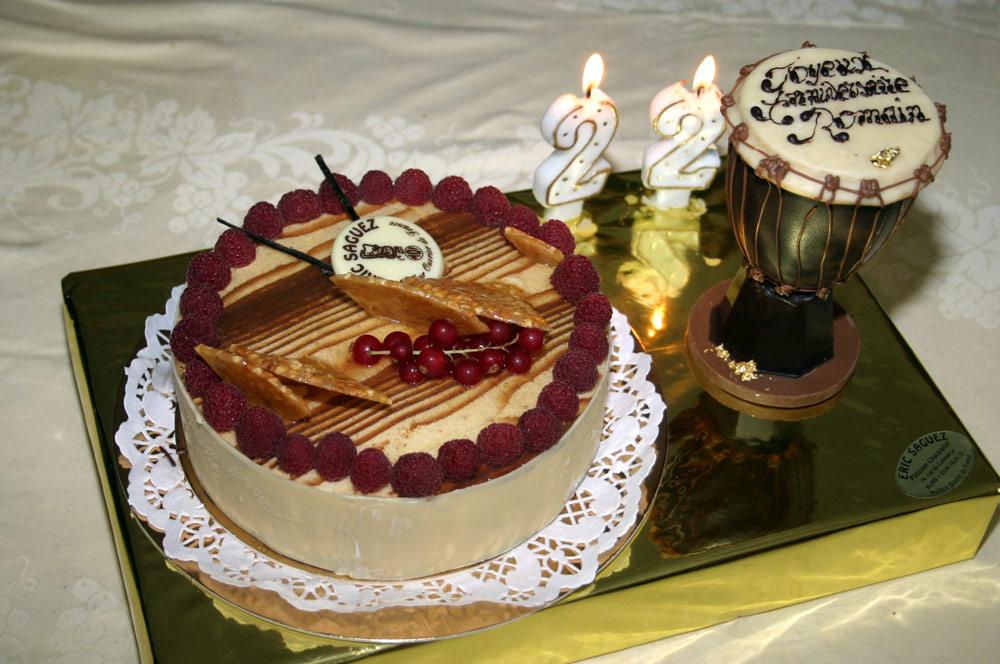 Un gâteau d'anniversaire et un jumbé en décor