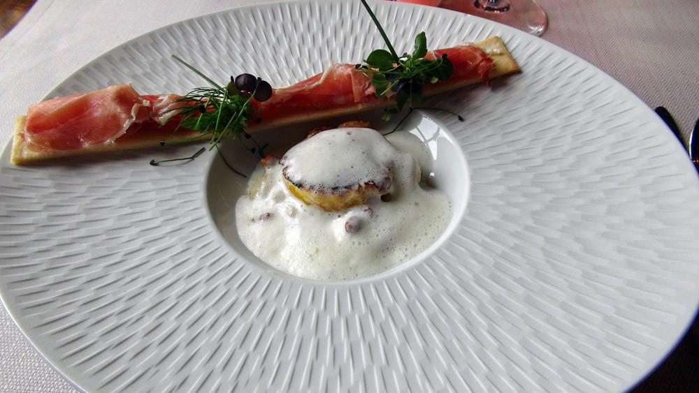 Œuf 64° snacké, mélange coco paimpolais, girolles, « baguettine » jambon ibérique