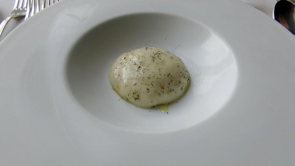 Amus-bouche : Emietté de maquereau, mousse fenouil et aneth