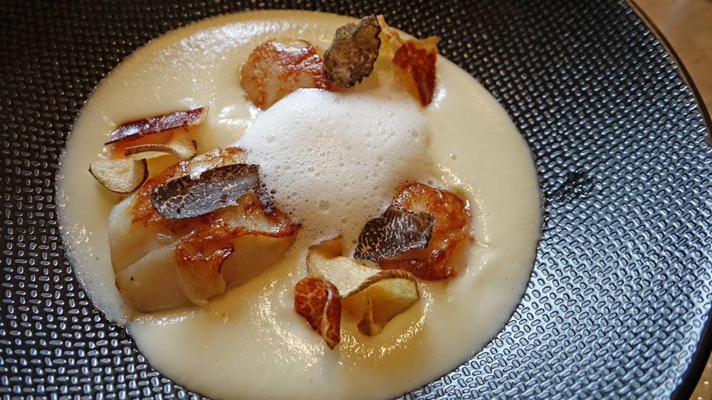 Noix de Saint-Jacques de nos côtes, crémeux de topinambour/truffe de Touraine/chips de jambon Ibérique