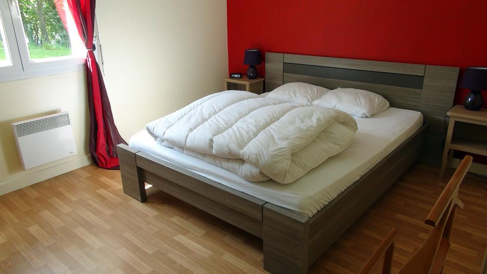 La grande chambre et son lit de 160 X 200