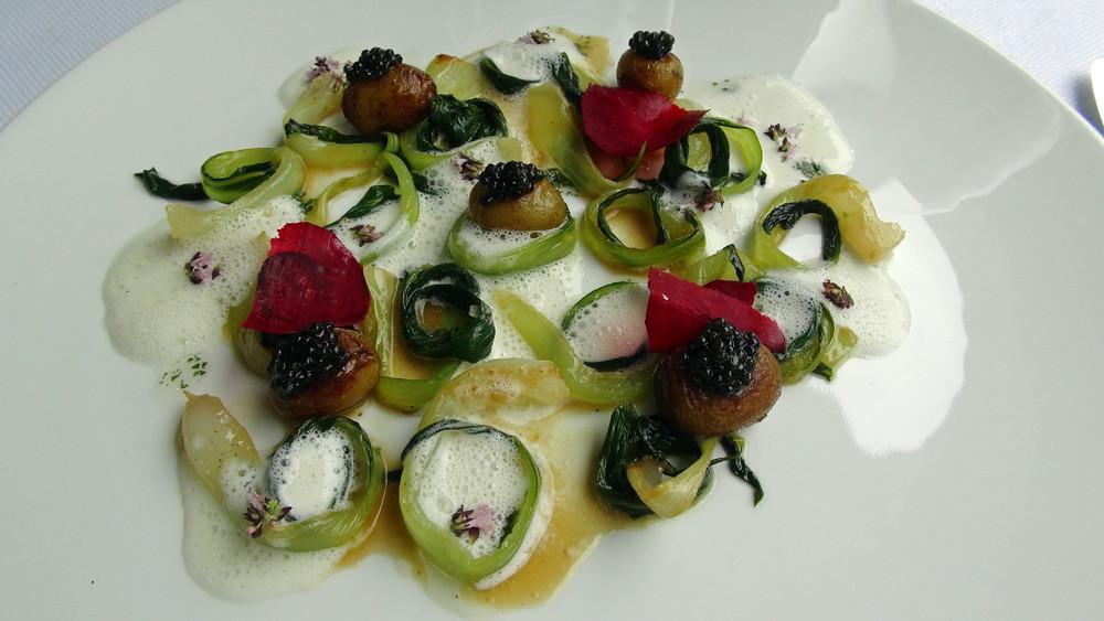 Pommes de terre grenailles, caviar d'Aquitaine, chou pak choï, fleur de marjolaine, écume de lait ribot, betterave nouvelle, jus au soja