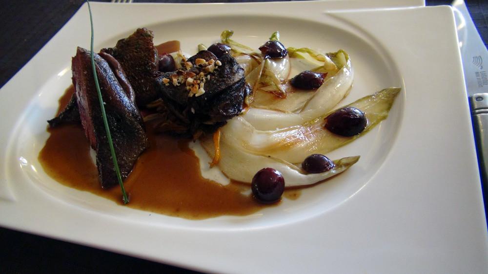 Suprême de colvert rôti et sa cuisse braisée sur une tombée d'endive au raisin,  jus de cuisson au beurre de cacahuète