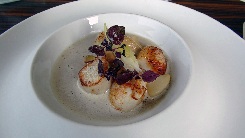 Saint-Jacques de la baie, légumes, bouillon de pot au feu au foie gras