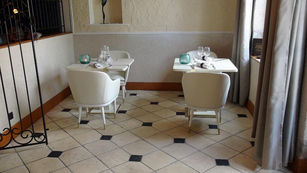 """L'ancien """"comptoir"""" d'accueil a fait place à une petite salle de 2 tables"""