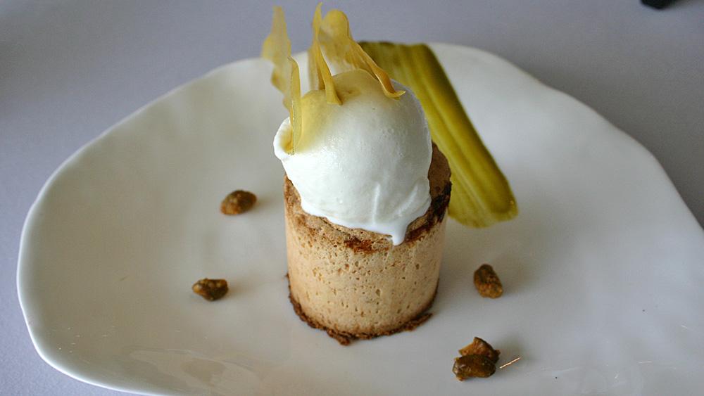 Sur une interprétation du coulant, originel de 81 ; le biscuit tiède d'abricots coulant ;  crème glacée à l'amandon de pruneau, pistache