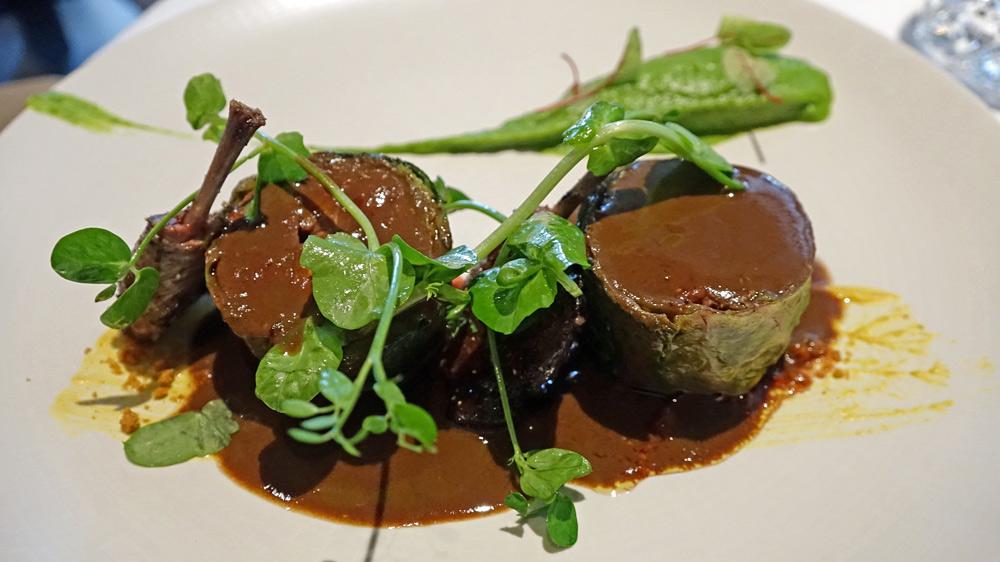 Le pigeon à la rouennaise, farci de foie gras en tournedos et ravioli aux herbes