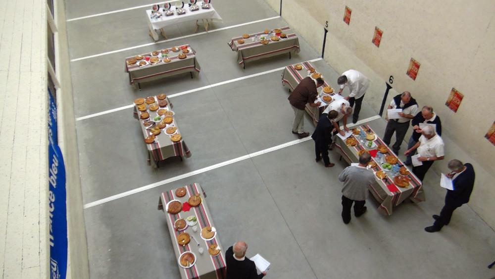 Le jury du meilleur gâteau basque en plein travail