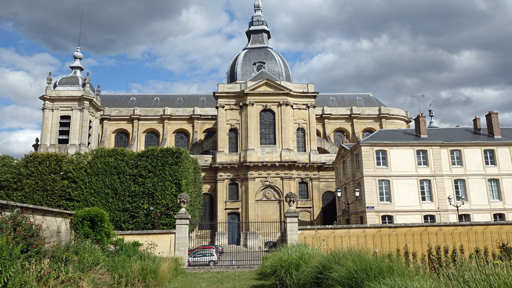 La cathédrale Saint-Louis vue depuis le Potager du Roi