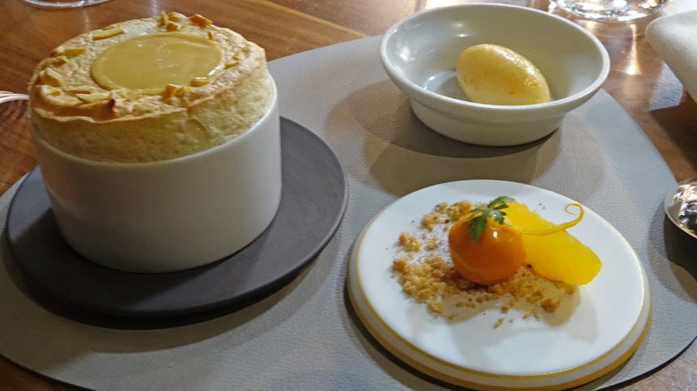 Soufflé au Cointreau, mousseline à l'orange, sorbet aux écorces confites