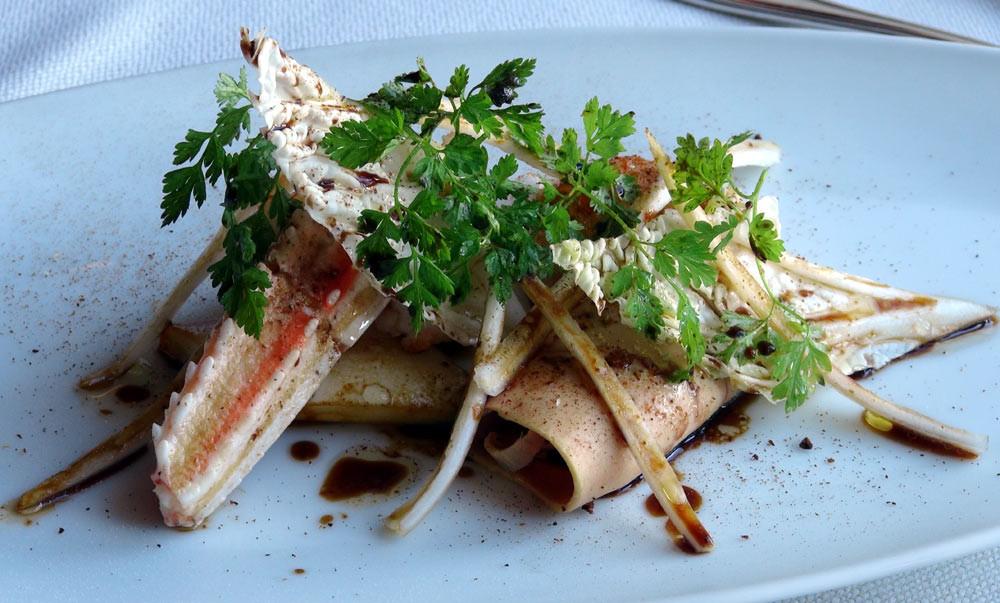 Langoustines cuites à la plancha, choux-chinois, yuzu et foie gras de canard