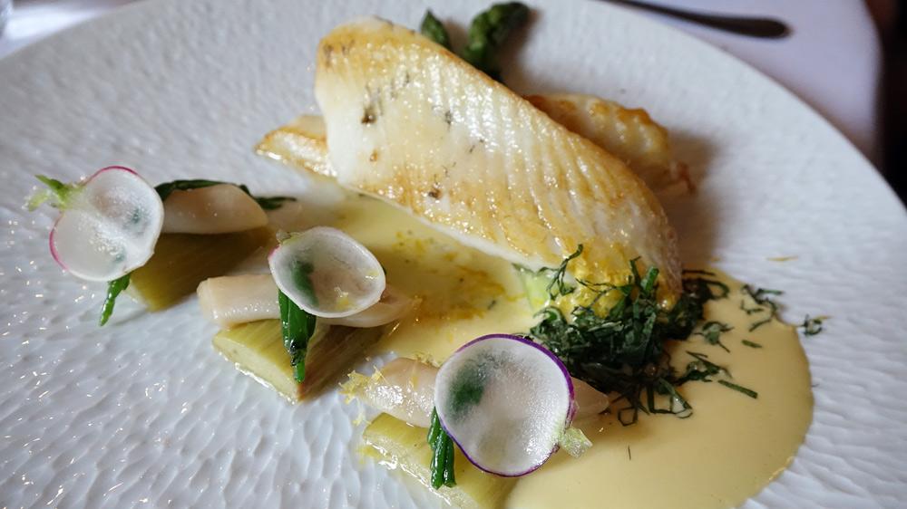 Saint-Pierre sauvage rôti, asperges vertes, rhubarbe, marinière de couteau de plongée, sauce à la mélisse citronnelle