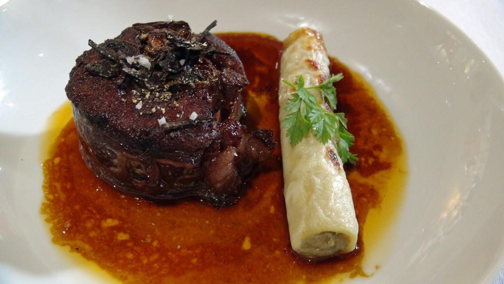 """Deuxième plat  du """"Lièvre à la Royale"""", en tronçon et cannelloni artichaut, foie gras et truffe noire"""