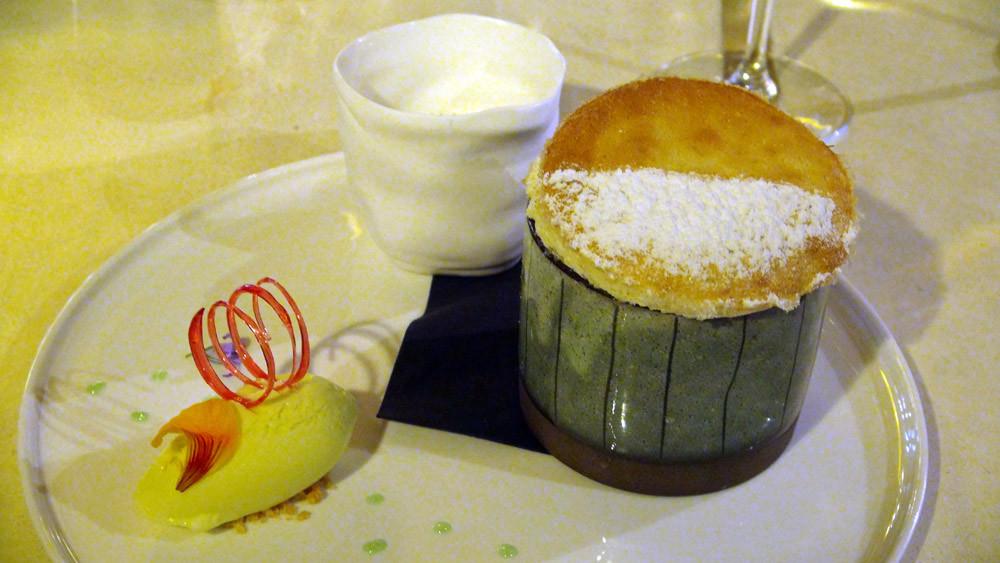 Soufflé chaud à la verveine crémeux vanille, glace chartreuse
