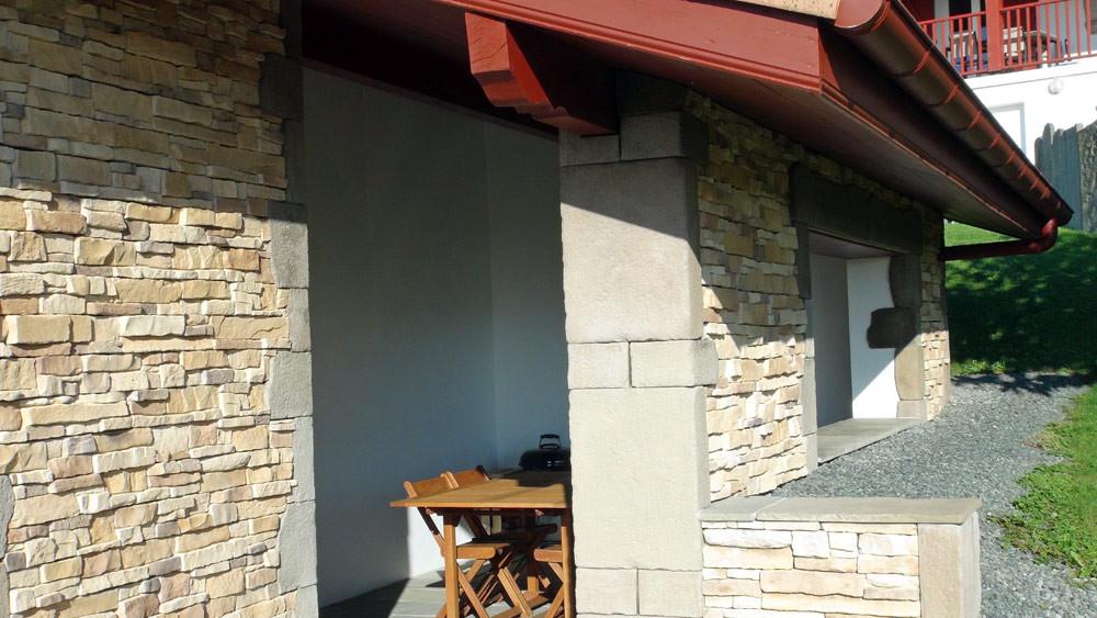 Le gîte et sa terrasse couverte