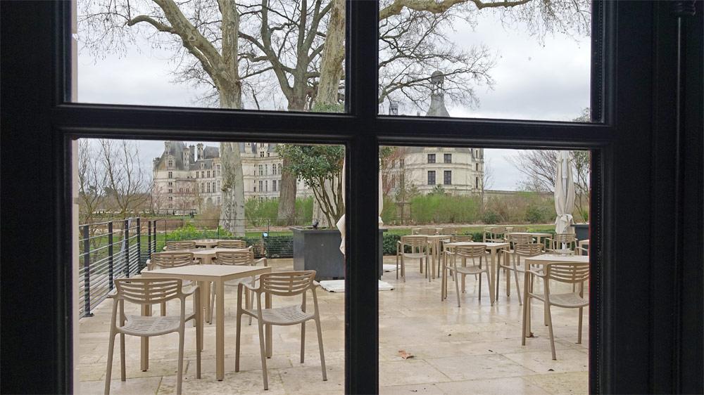 Vue sur le château de Chambord en mangeant