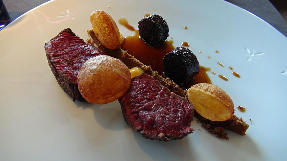 Bœuf en tranches épaisses, graines de courge torréfiées, croustifondant de bœuf confit, veloute de potimarron et jus court