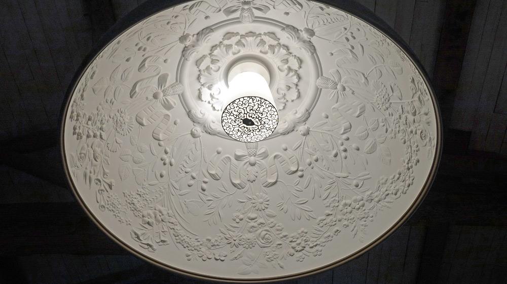 Le lustre et son cache-ampoule particulier