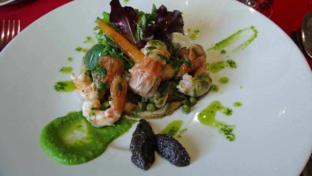 Tarte fine à l'olive noire, poêlée de langoustine, vinaigrette d'herbes fraîches, mélange asiatique