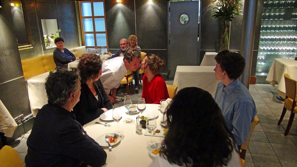 Passage de Pascal Barbot à la table d'à côté composée de vignerons