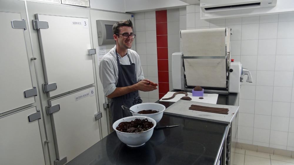 Pâtissier de l'équipe en plein travail après le service, pour préprer une épreuve du Bac pro