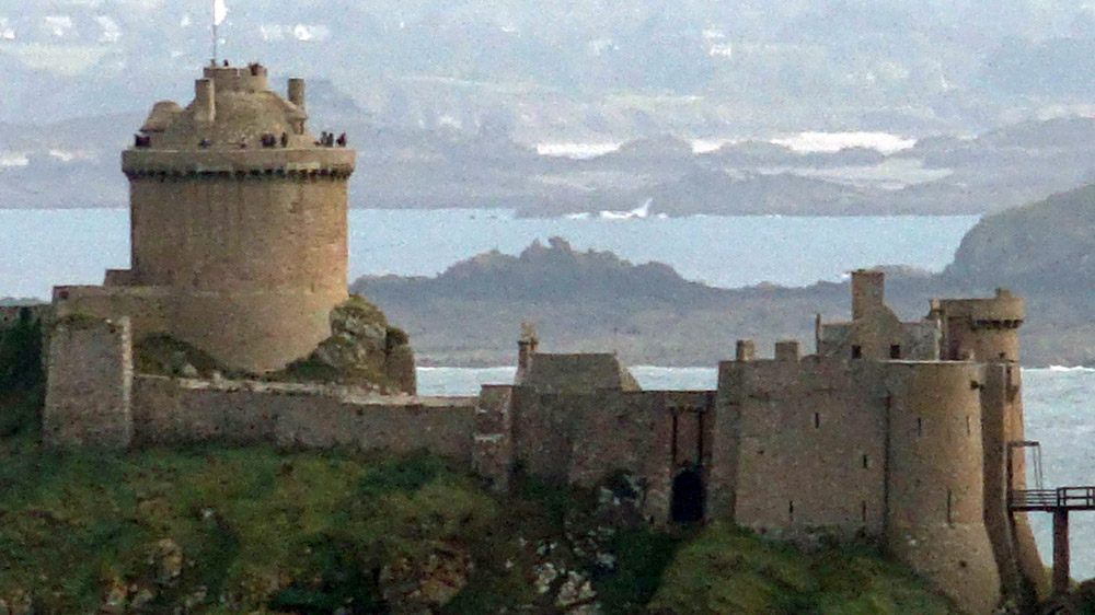 Vue depuis la galerie de la Tour Vauban sur le Fort La Latte