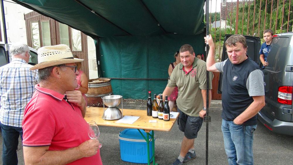 Trois sommités des fruits fermentés de Bacchus, deux producteurs, Philippe Alliet et Vincent Ricard, et un consommateur verre à la main, Jean-Michel Montagu