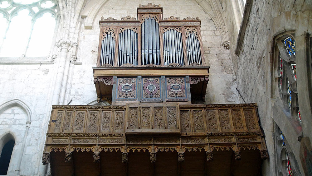 """Moret-sur-Loing : le """"buffet d'orgue"""" du 16ème en chêne polychrome"""
