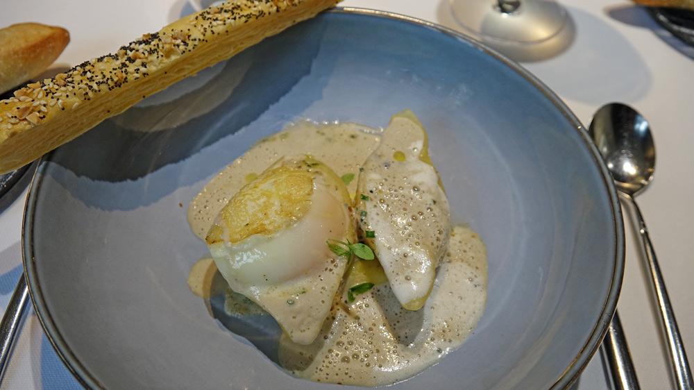 Oeuf bio cuit à 64° croûté / « conchiglioni » farcis champignons vinaigrés / duxelles en fin velouté