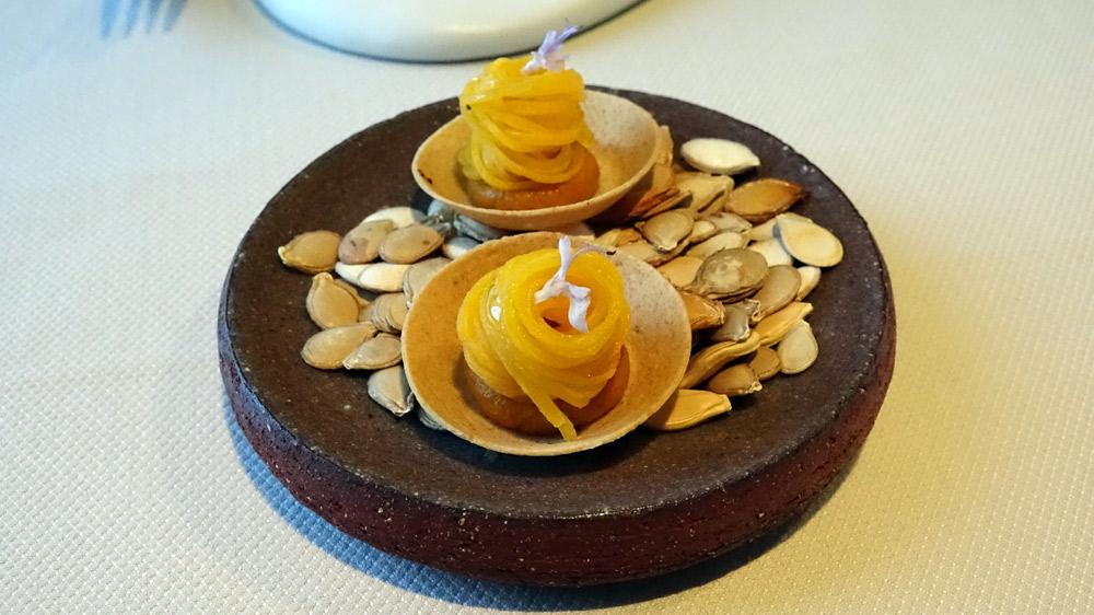 Quatrième série d'amuse-bouche : Tartelette, crème de courge du jardin, courge fermentée