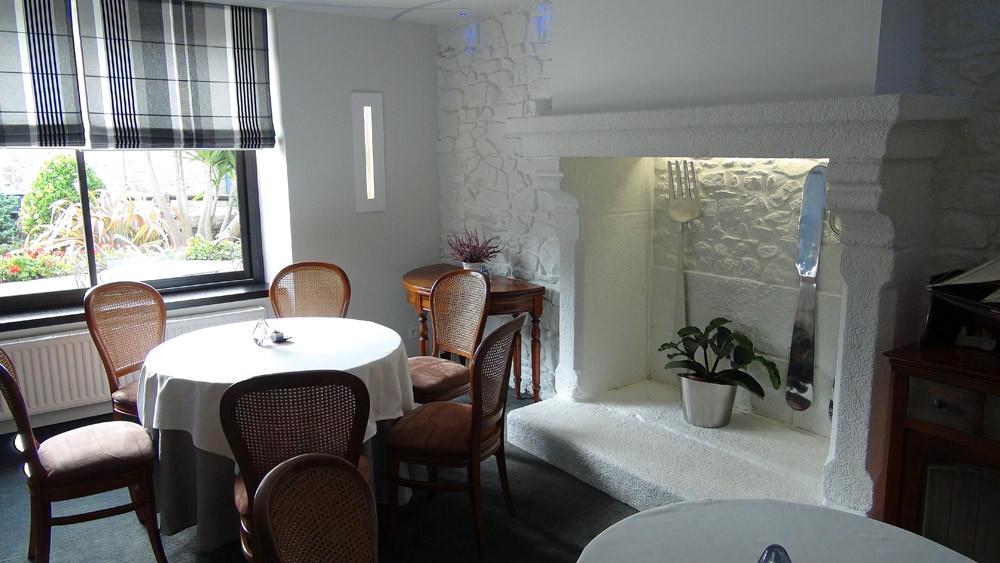 La petite salle et sa cheminée décorée