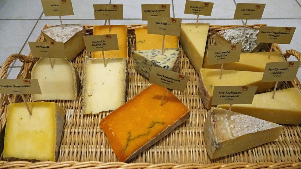 Présentation du plateau des fromages anglais au lait cru