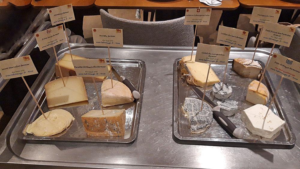 Un plateau de différents fromages pour des amis bretons par encore confinés