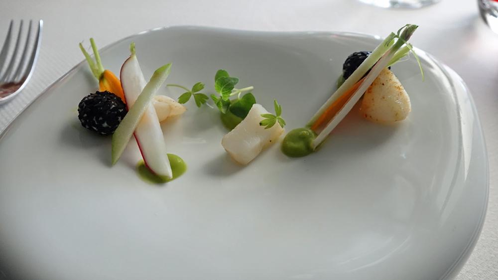 Patience : Lotte poêlée, légumes croquants, granny smith et bille de bruccio, sésame noir et crémeux petits pois